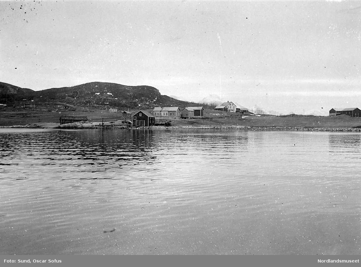 Sund i Gildeskål 1925.  Vi ser den midtre del av bebyggelsen fra sjøen, Aksel Leirviks bruk og lensmannsgården.