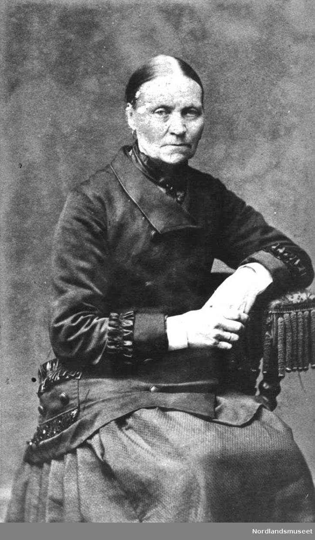 Portrett. Eldre kvinne.Fine klær med rysjer og knapper. Damen er Beret Olsdtr., f. 1817. Hun var gift med Jørgen Blix Larsen, For øvre, Gildeskål.