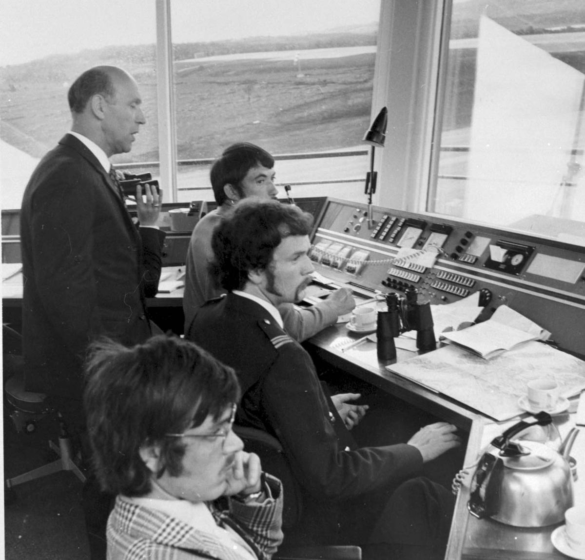 Lufthavn. Gruppebilde. Flere personer, menn inne i kontrolltårnet.