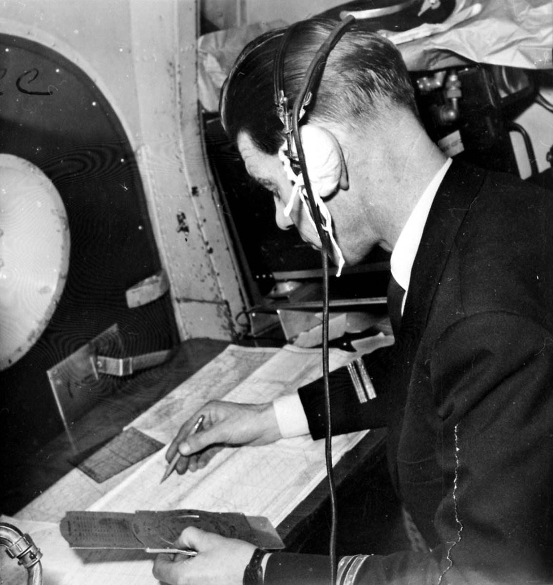 """Portrett av navigatør i arbeid ombord i  Boeing 737-205, LN-SUB """"Magnus Den Gode"""" fra Braathens SSAFE."""