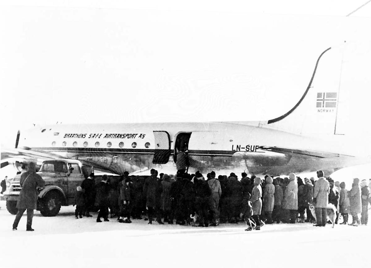 """Lufthavn. 1 fly på bakken DC-4 Douglasc C-54 Skymaster LN-SUP """"Norce Commander"""" fra Braathens SAFE. Flere personer ved flyet."""
