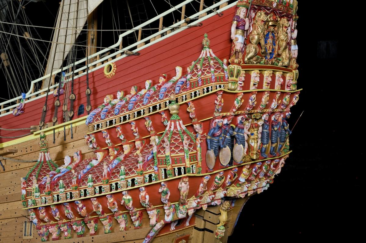 Vasa 1:10 modellens bemålning 07-08. Aktergallerierna efter bemålning 474. Efter bemålning-april-09. Gallerierna efter den slutgiltiga bemålningen.
