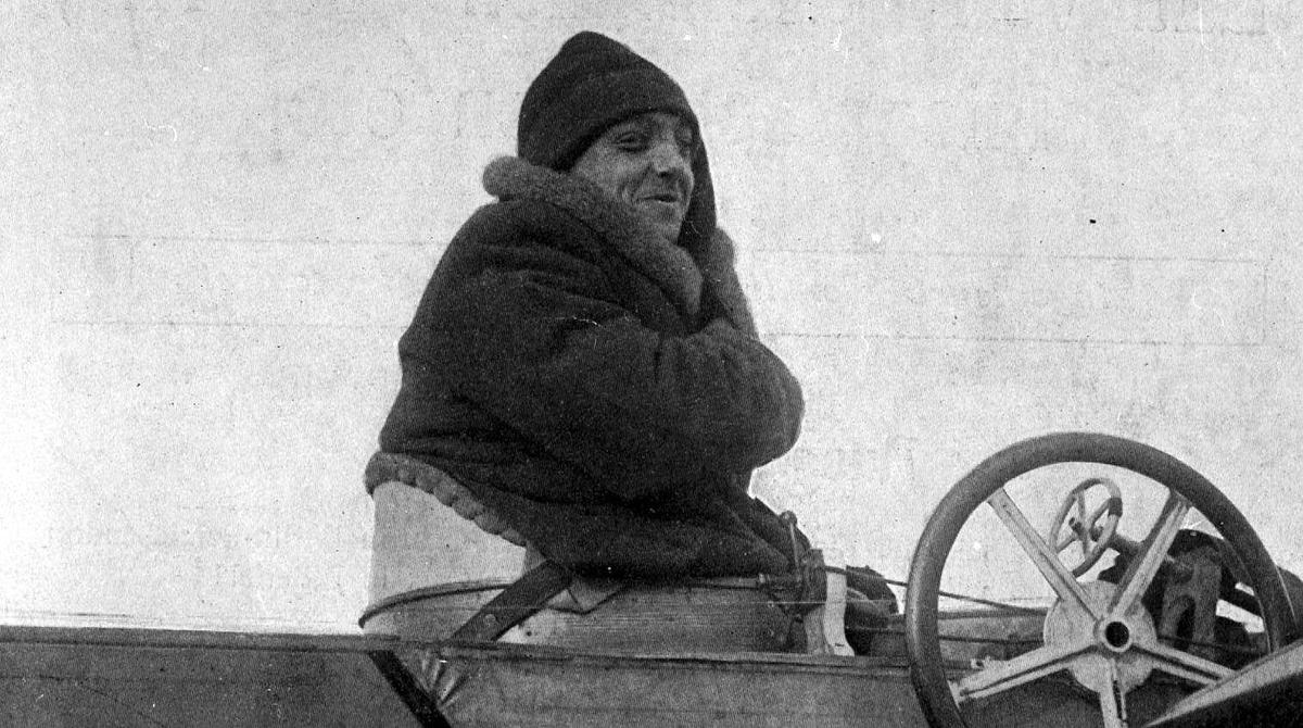 Utklipp: Portrett av en person, mann, i cockpiten til en Antoinette (V-VI)
