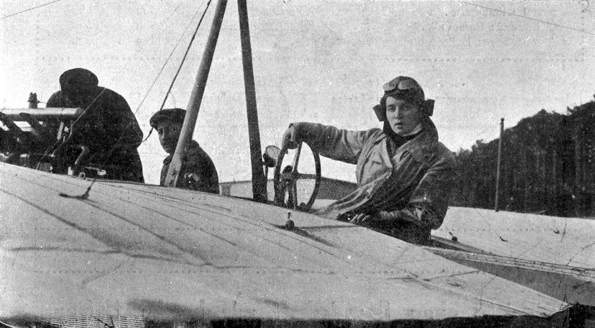 Utklipp: Portrett av tre personer, en kvinne og to menn, i ett fly.