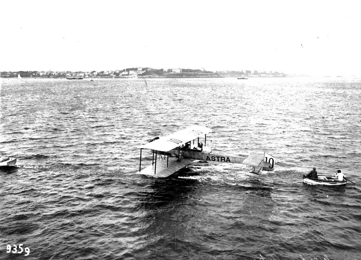 """Ett fly på vannet, Astra CN, merket """"10""""."""