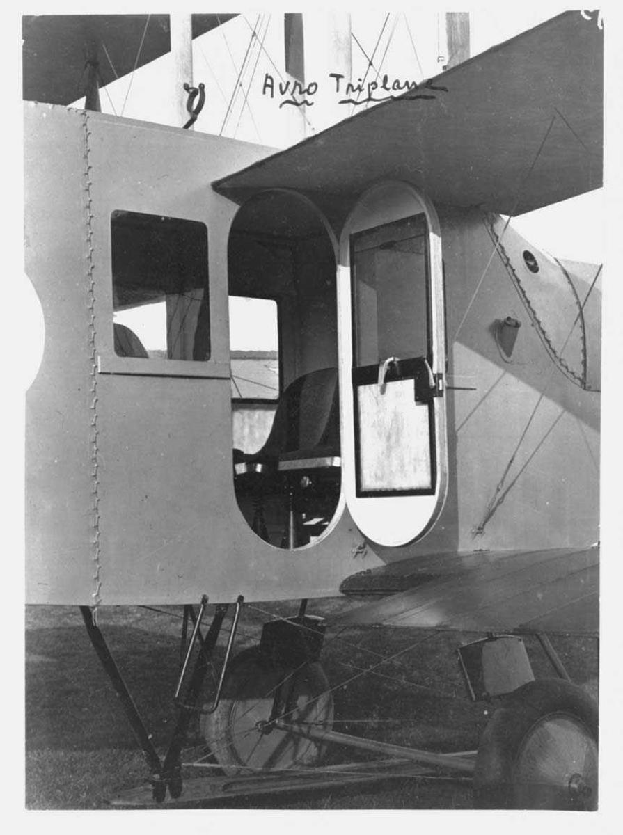 """Ett på bakken, Avro 547 """"Limousine"""". Fra inngangspartiet."""