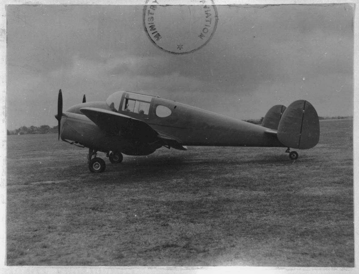 Lufthavn. Ett fly på bakken, Miles M.65 Gemini IA . LN-TAH Fra Sørfly AS.