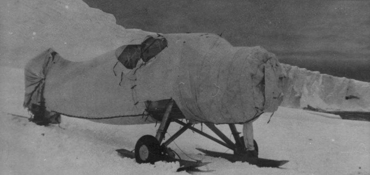 Ett flyskrog, Otter, med skiunderstell på isen.