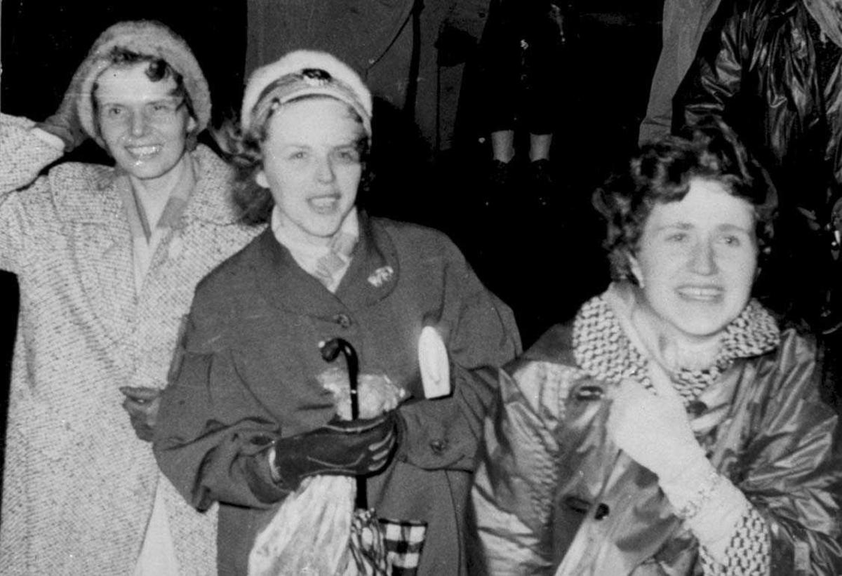 Tre personer, kvinner, kledd i yttertøy.