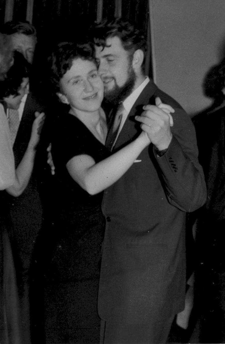 To par, kvinne og mann, ute på dansegulvet.