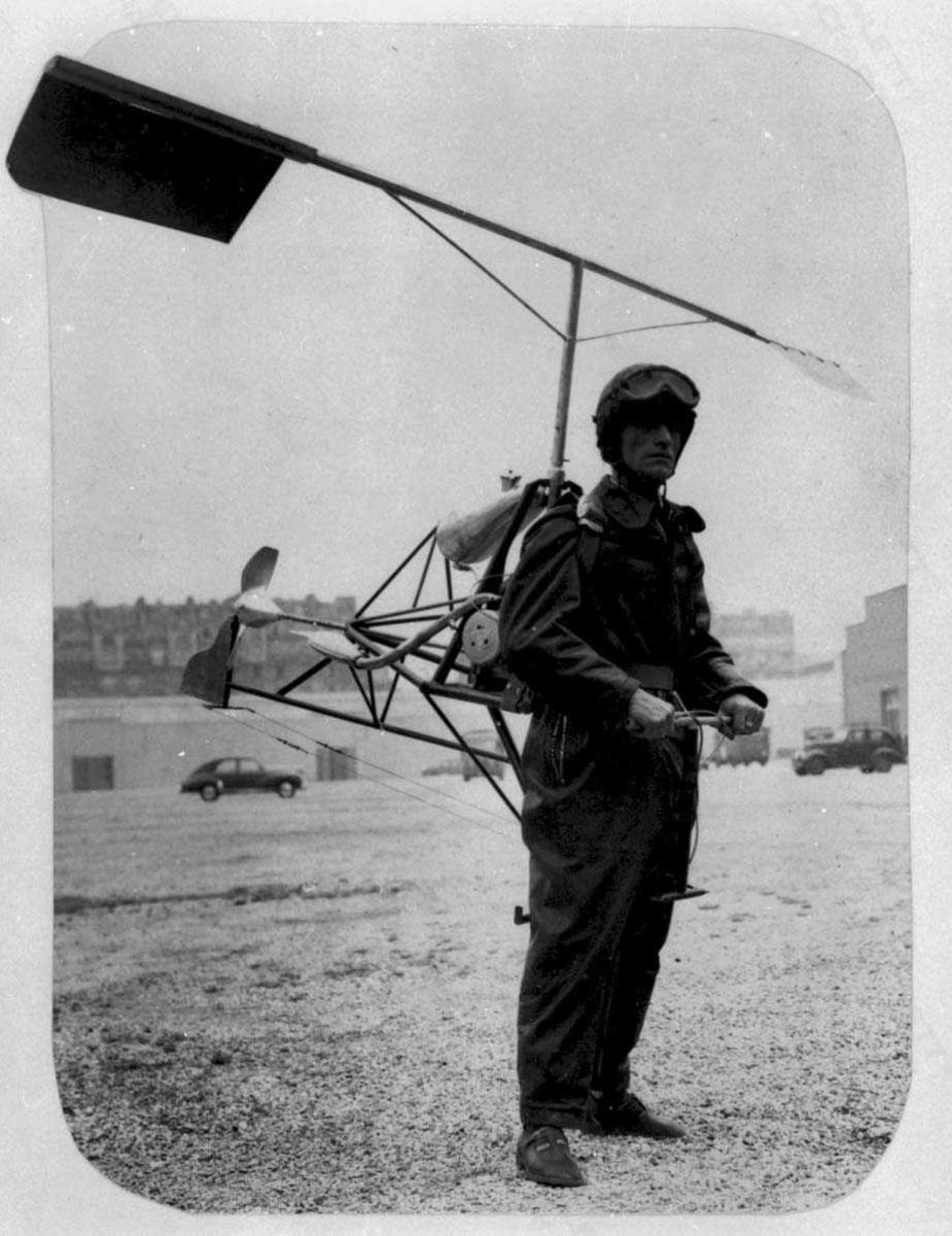 En person med et helikopter på ryggen