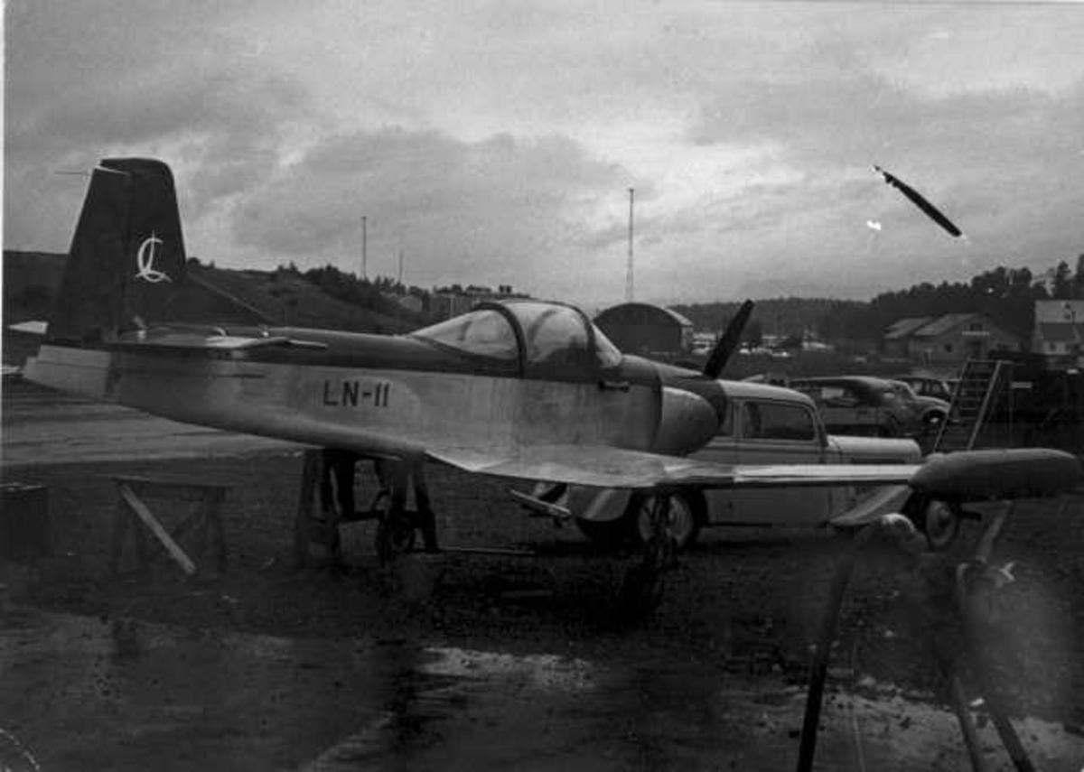 Lufthavn. Ett fly på bakken, (Larsen Spesial) LN-11. Landingsuhell.