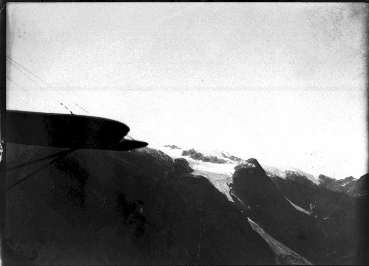 Fly i luften over sognefjorden.