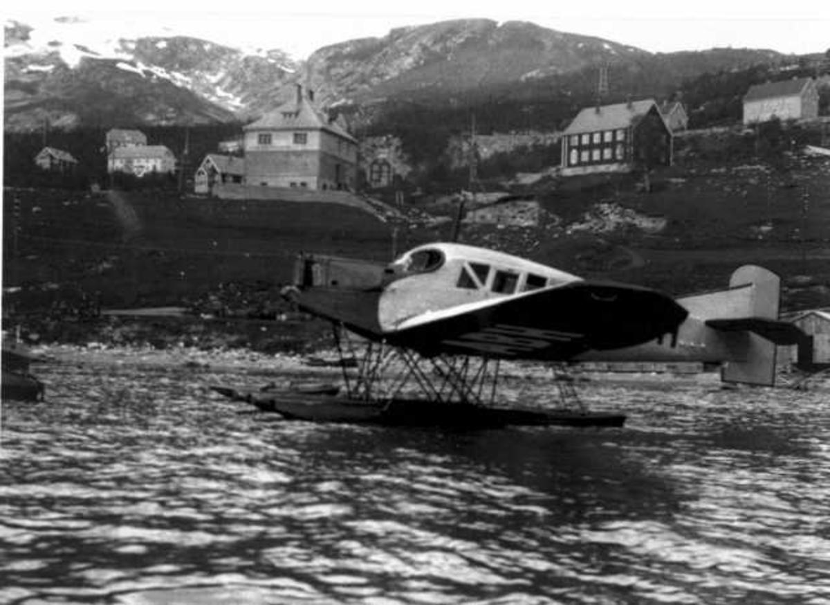 Ett fly på havet, Junker F13. Noen bygninger i baklgrunnen