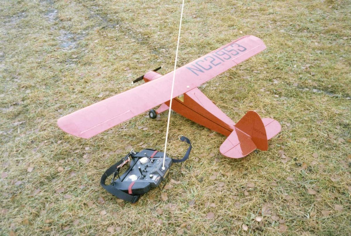 Ett modellfly, propellfly, på bakken. PORTERFIEL COLLEGATE, Astro 25 med gear. En Radiostyring ved flyet.
