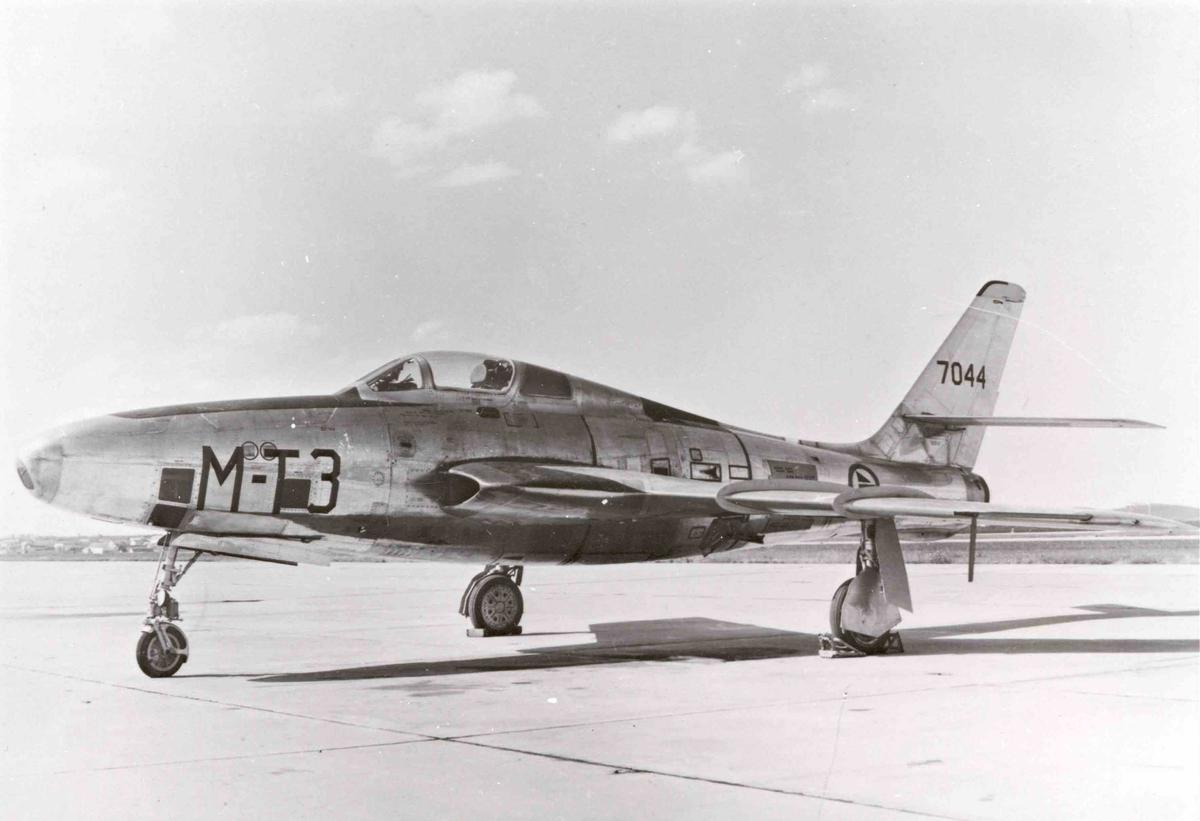 Lufthavn. Ett fly på bakken , RF-84F Thunderflash,  T3-M  717 skv.
