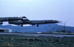 Lufthavn. Tre fly tar av i formasjon,Bodø.  CF-104  334 skv