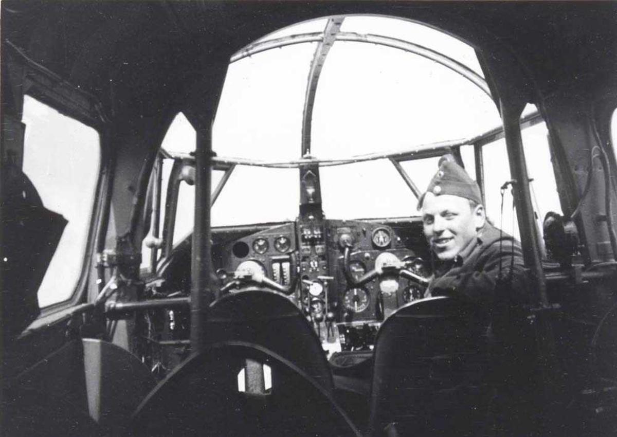 1 person inne i en flycockpit. Oxford.