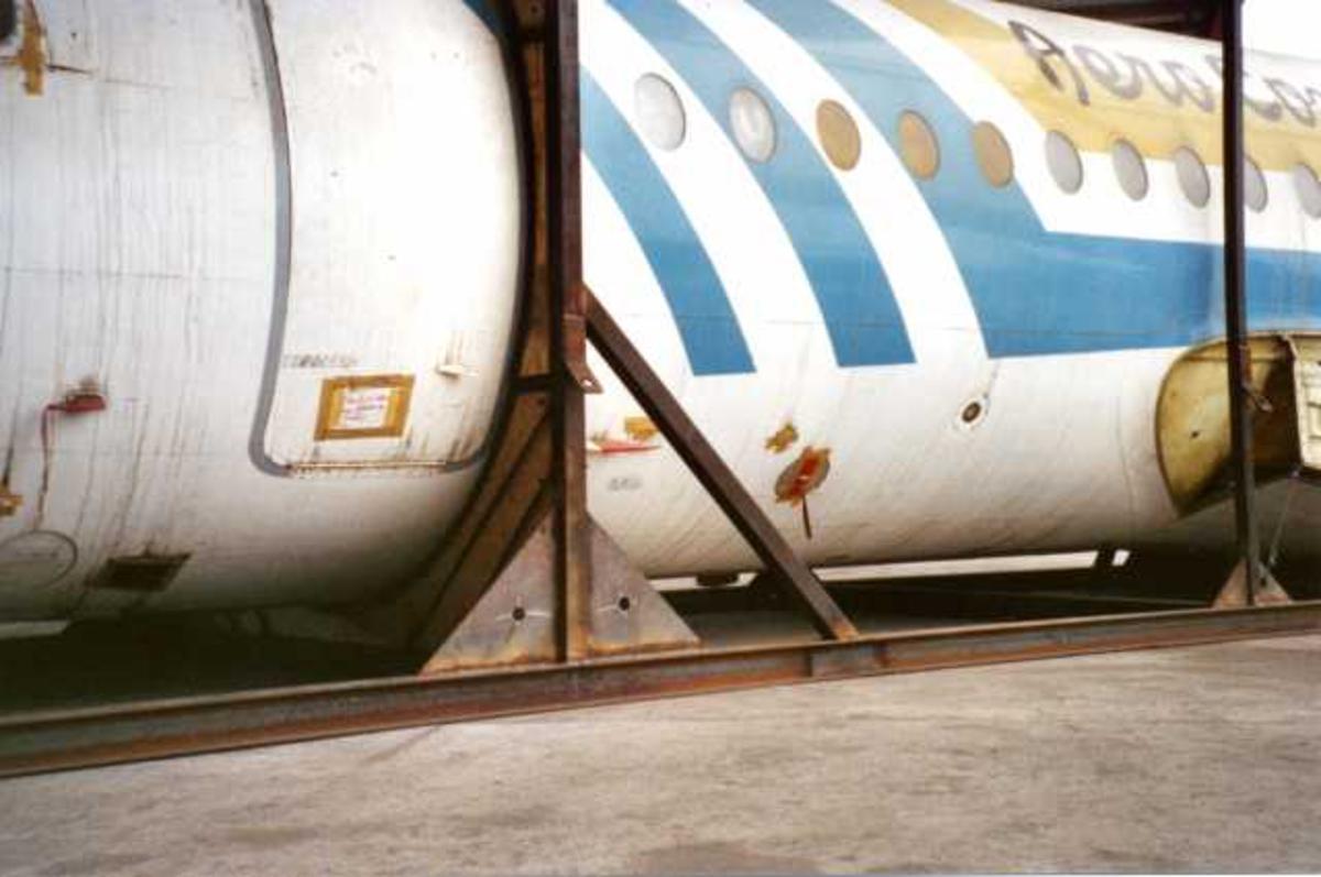 Kai. Flykroppen til en Fokker F-28 Fellowship på kaia.