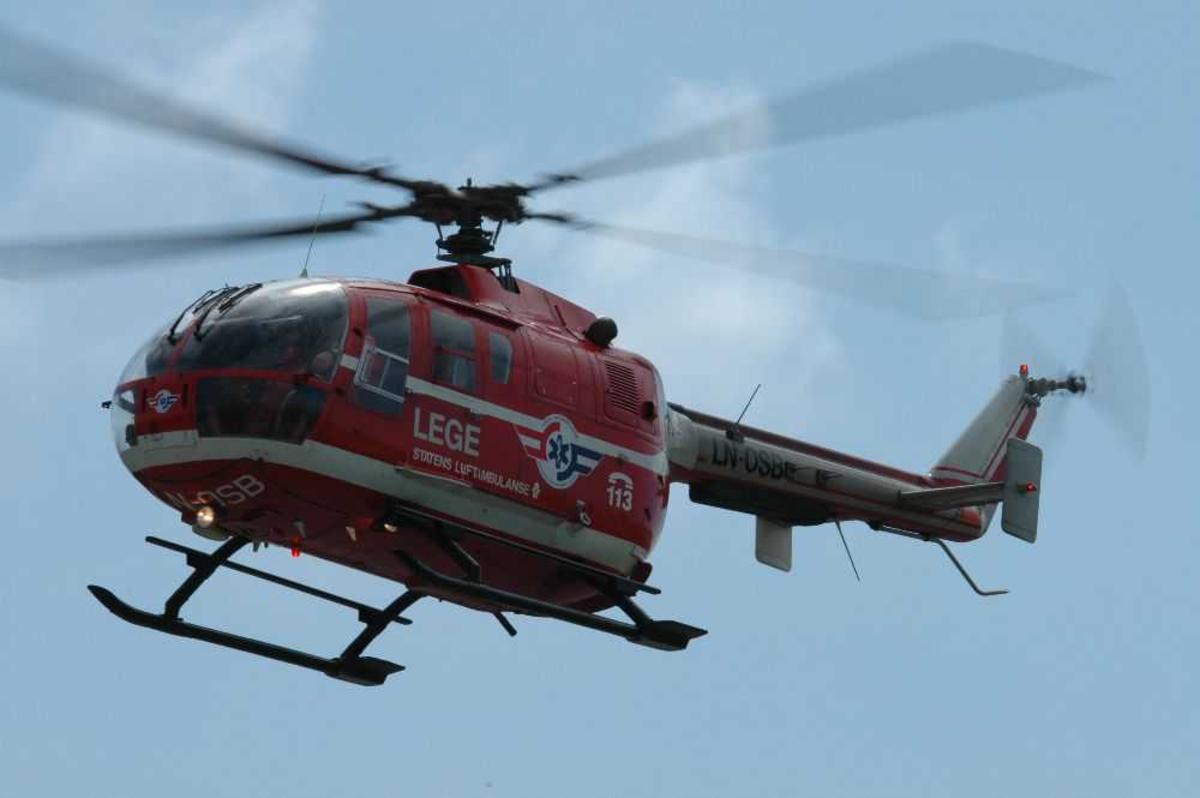 Ett helikopter på i lufta, MBB BO-105CBS-4, LN-OSB fra Norsk Luftambulanse.