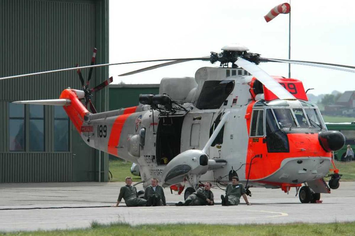 Lufthavn (flyplass) Ett helikopter på bakken.Westland Sea king 189