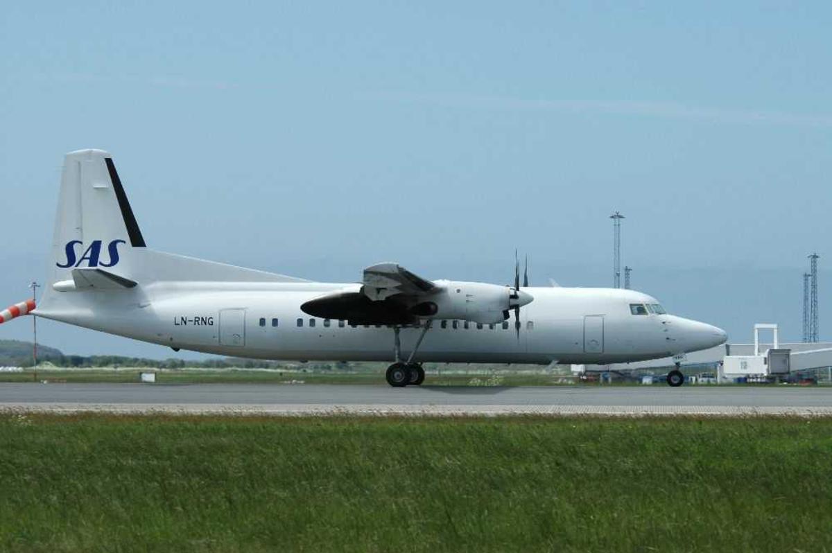 Lufthavn (flyplass). Ett fly på bakken. Fokker 50, LN-RNG fra SAS