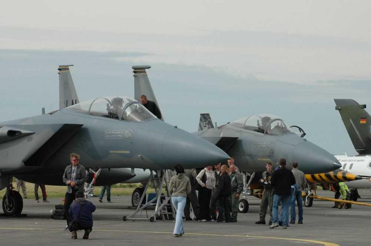 Lufthavn (flyplass). To fly i forgrunnen. Boeing F-15 Eagle.