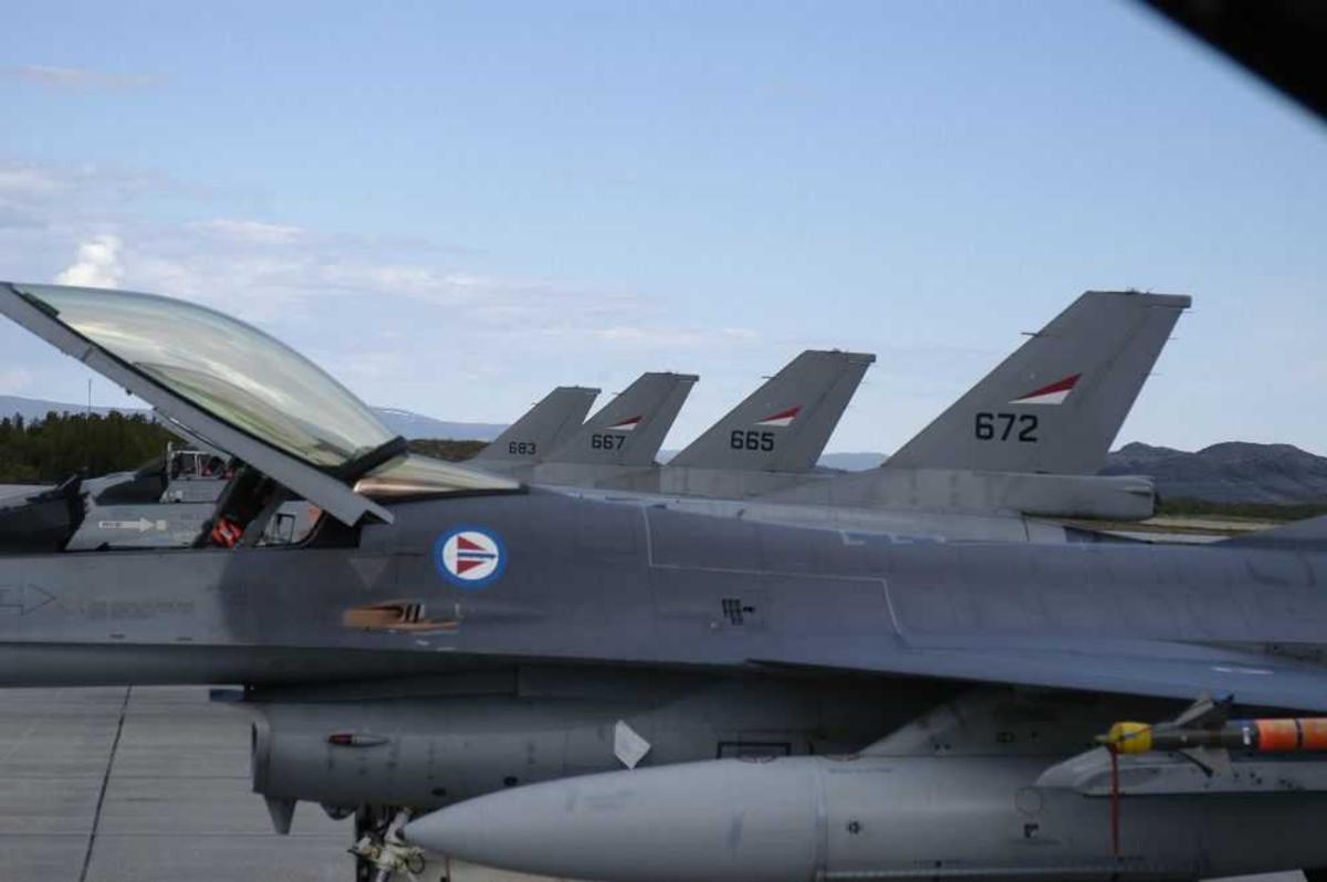 Lufthavn (flyplass). Flere F-16 fly på rekke.