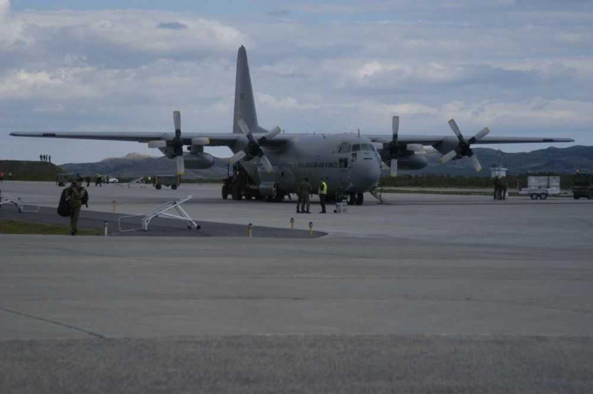 """Lufthavn (flyplass). Ett fly på bakken Lockheed C-130H Hercules 952 """"ODIN"""" fra Norway - Air Force."""