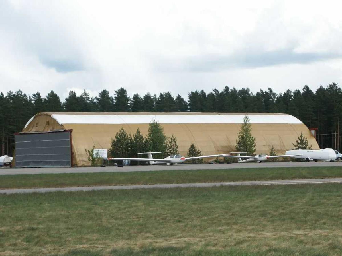 Hangar med seilfly foran. Ett av flyene en ASTIR CS