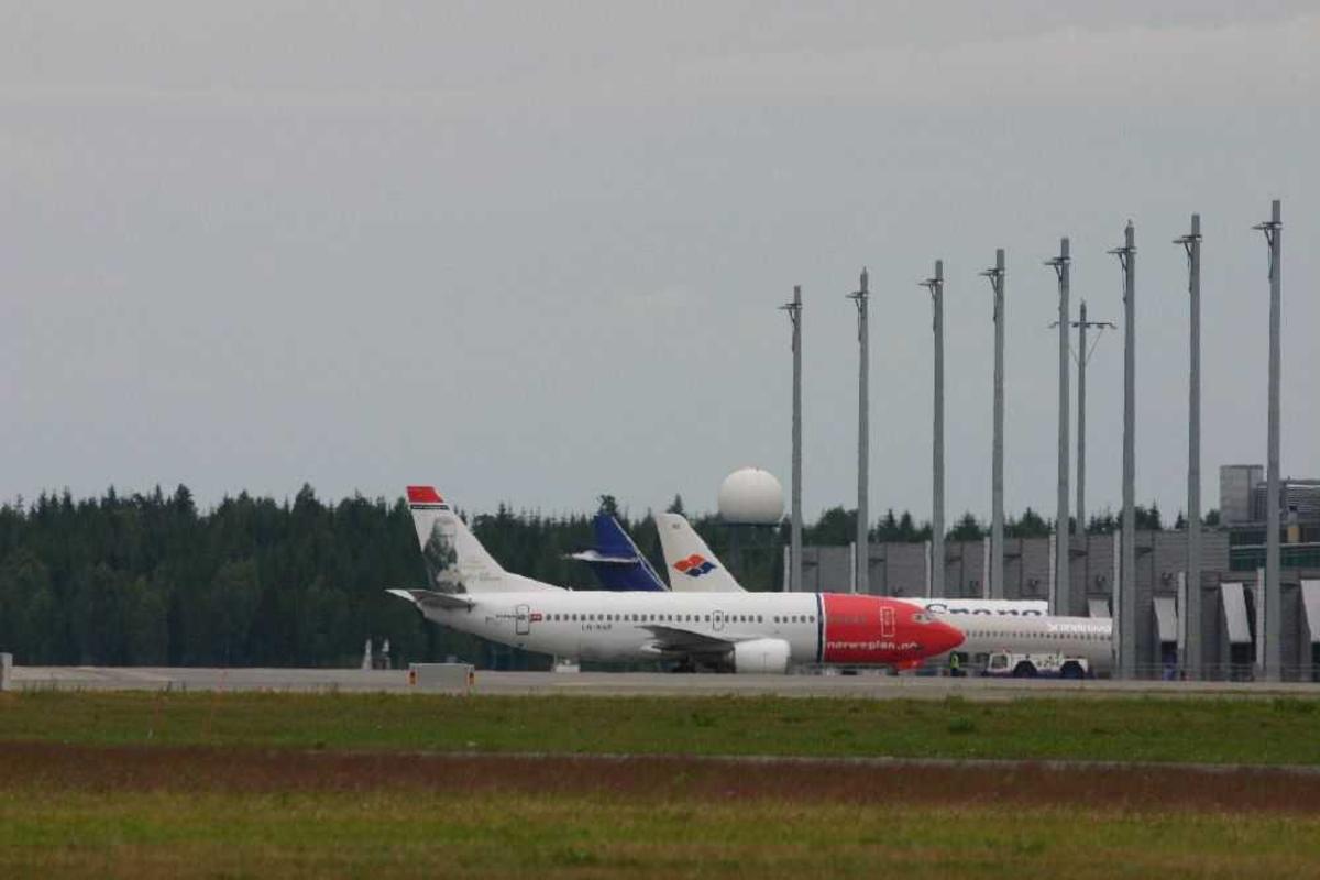 Lufthavn (flyplass). Flere fly på bakken.
