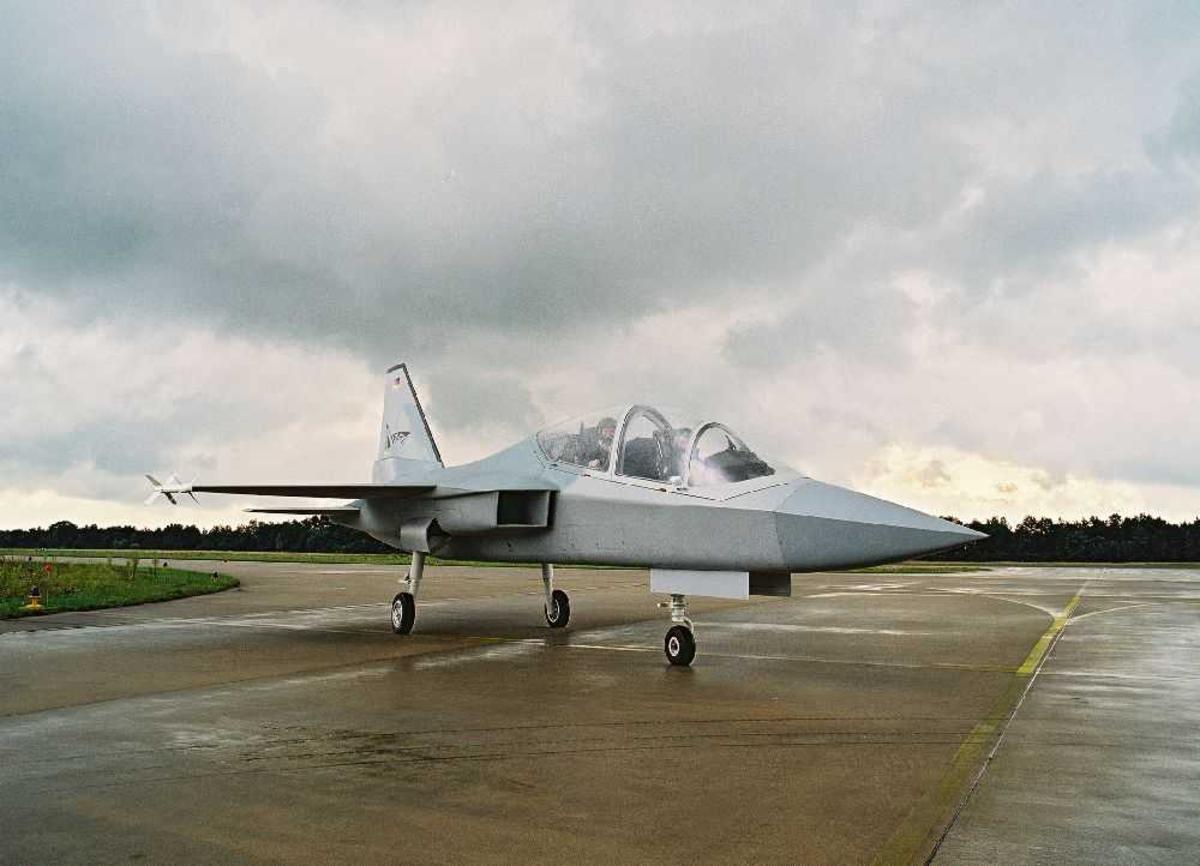 Ett fly på bakken, Mako jettrainer.