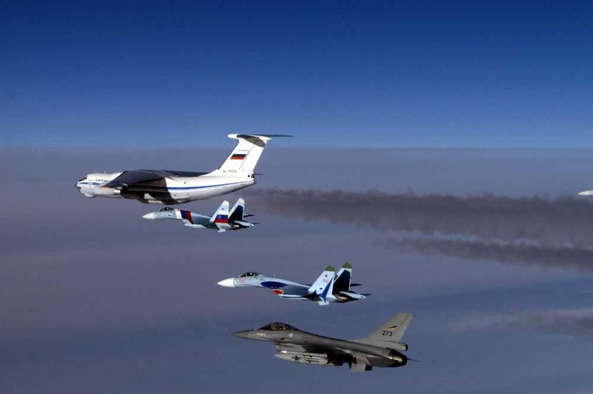 Luftfoto av fire fly, To Sukhoi Su-27, en F-16, 273, og  en Ilyushin Il-76MD, RA-78768