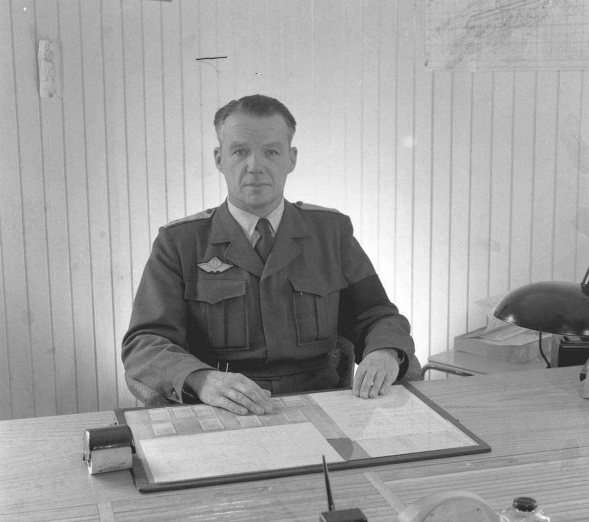 General Major Odd Bull ved skrivebordet.