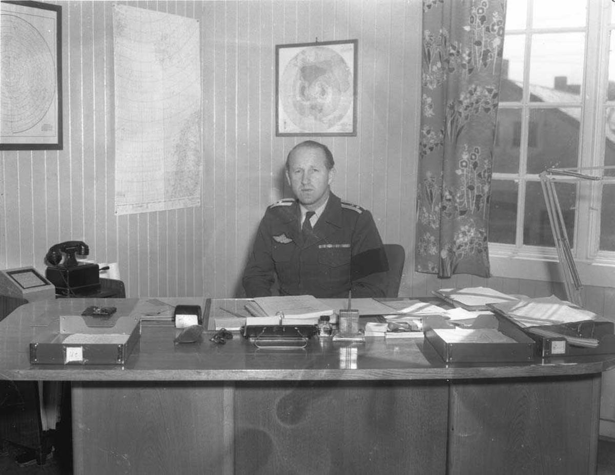 Oberstløytnant Steffan Olsen ved skrivebordet.