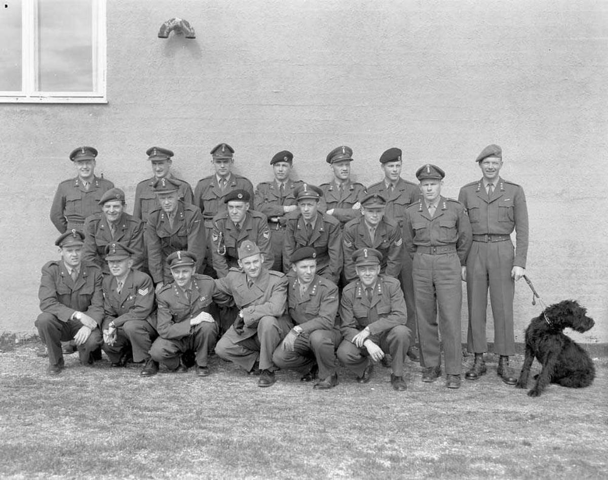 Gruppefoto av Hærens personell som har gjennomgått Luftetterretningskurs og Fotokurs på Bodø flystasjon.