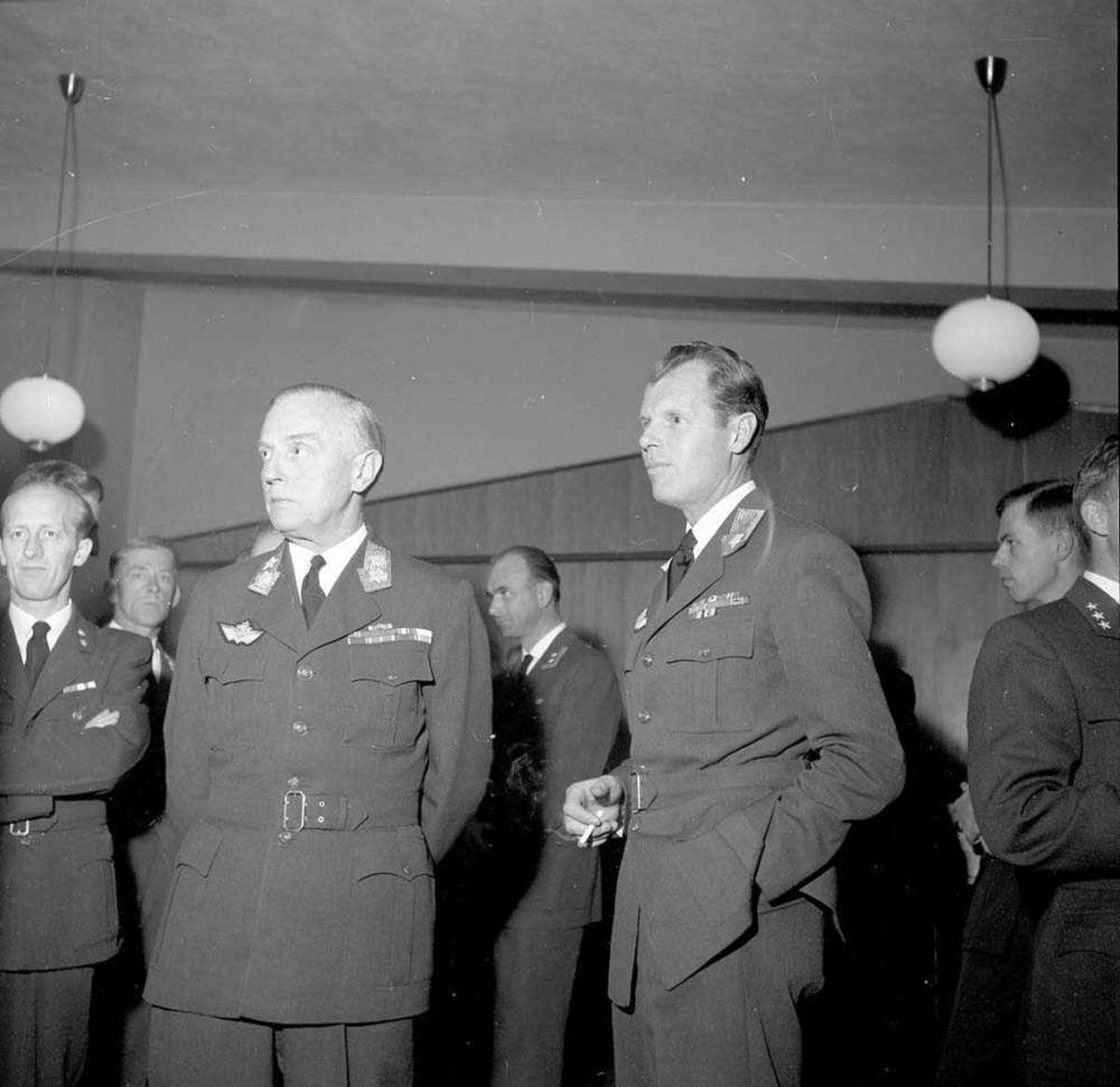 General Motzfeldt besøker Bodø flystasjon.