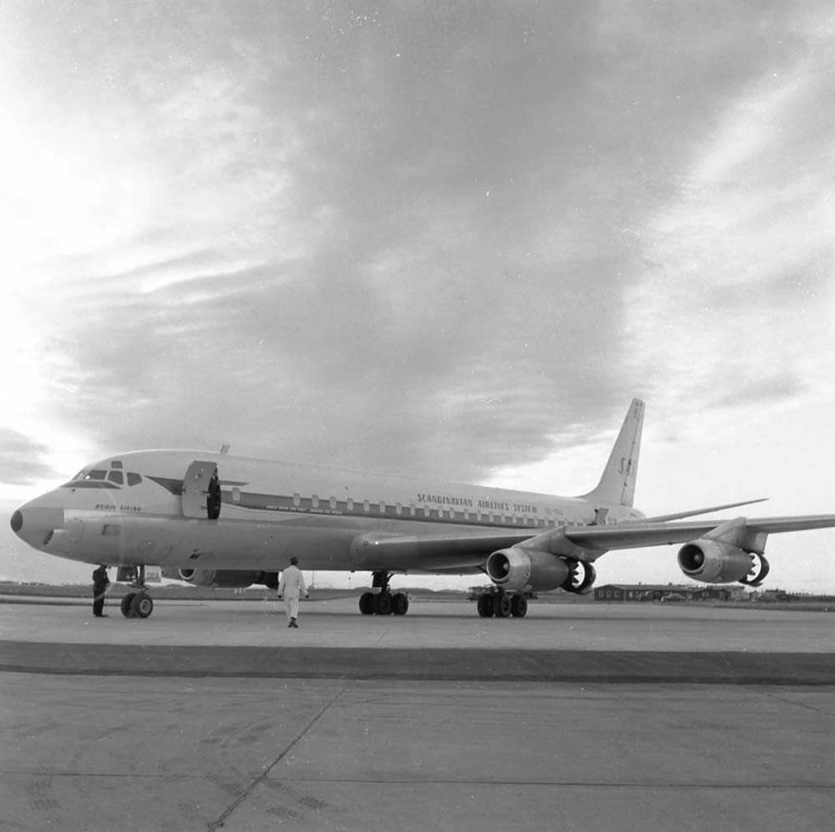 SAS har landet på Bodø flystasjon med en DC-8, SE-OBA.