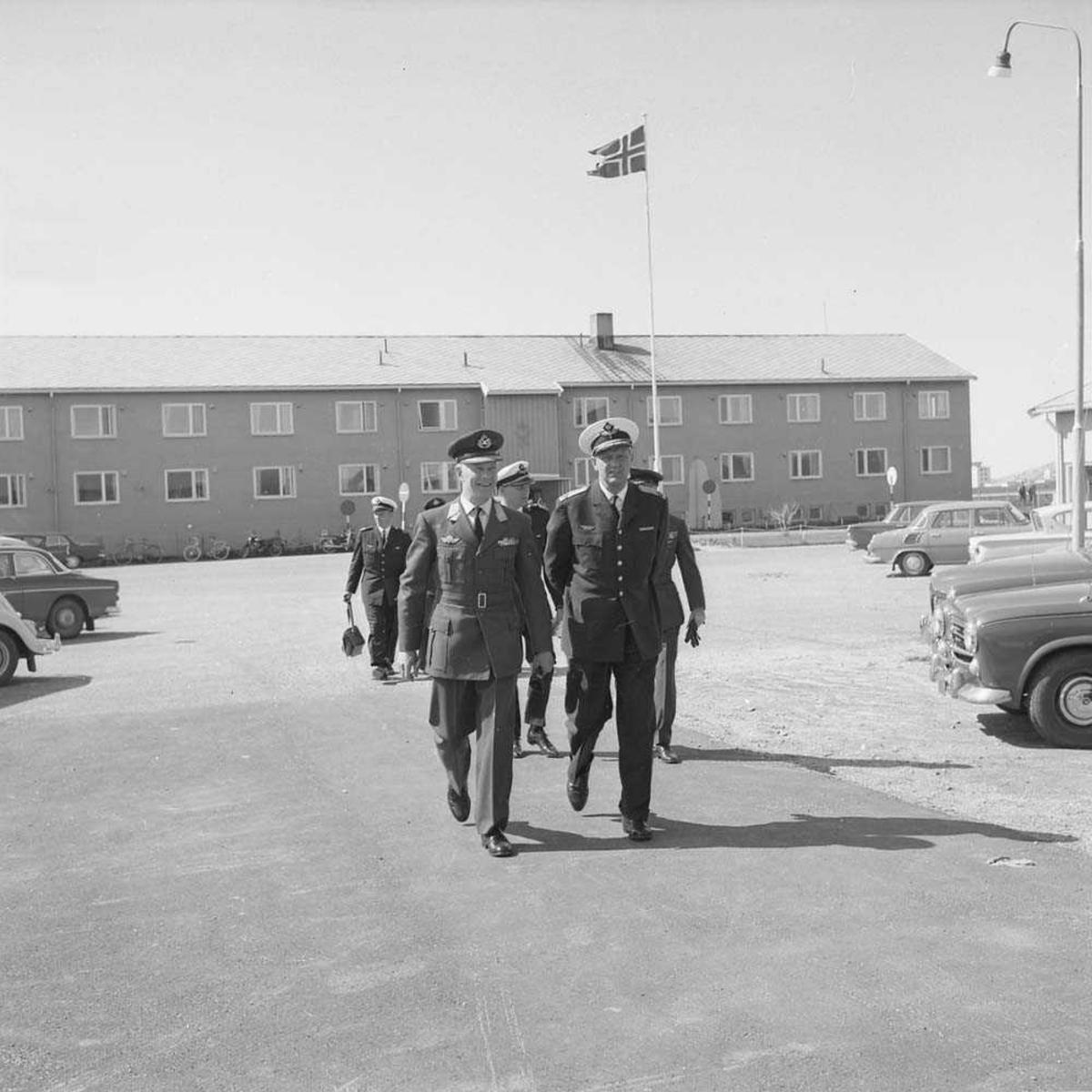 General Major Mangård med følge besøker Bodø flystasjon. Flyet er en Percival P.50 Prince.