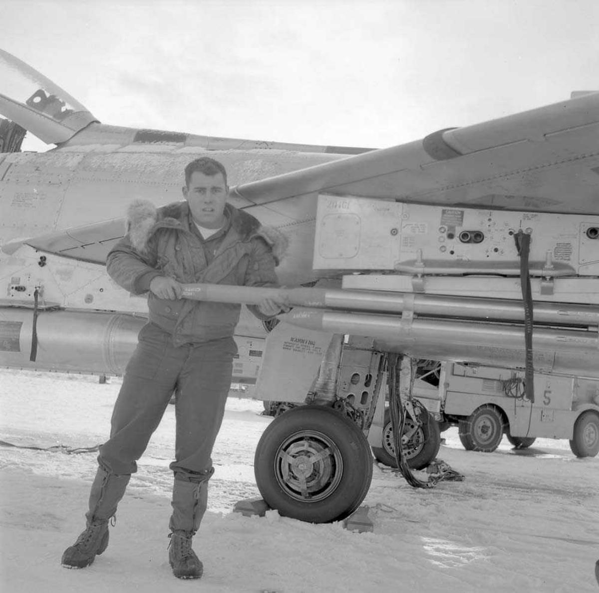 Rakettpod på jagerflyet F-100, Super Sabre, tilhører U.S. Airforce, som besøker Bodø flystasjon.