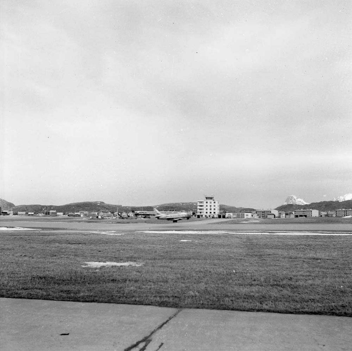 Flytårnet på Bodø flystajon. En F-86-K Sabre, tilhørende 334 skvadron, er i ferd med å ta av.