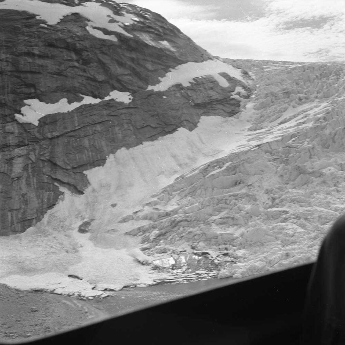 Amerikanere (77. skvadron) på besøk på Bodø flystasjon. Her er de på helikoptertur til Engabreen som kommer ut i Holandsfjorden (en brearm som henger sammen med Svartisen), med en UH-1B (Bell), som tilhører 719 skvadron på Bodø flystasjon.