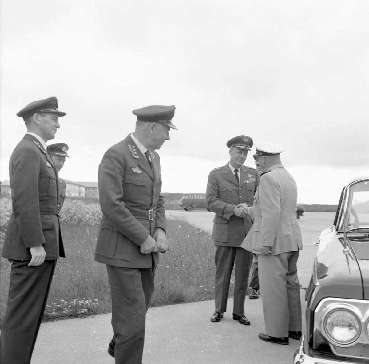 General Stone besøker Bodø flystasjon.
