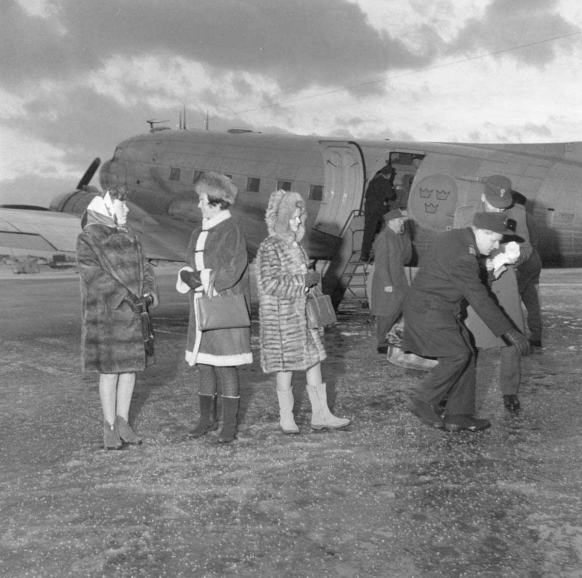 Svenske offiserer med fruer besøker Bodø flystasjon. De har ankommet Bodø med en Douglas DC-3/C-47 Dakota.