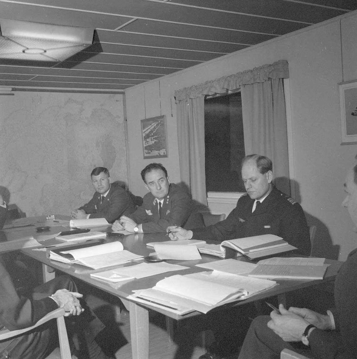 Svenske offiserer besøker Bodø flystasjon. Her i møte med norske offiserer. Oberstløytnant Magne T. Sørensen sees helt bak i bildet.