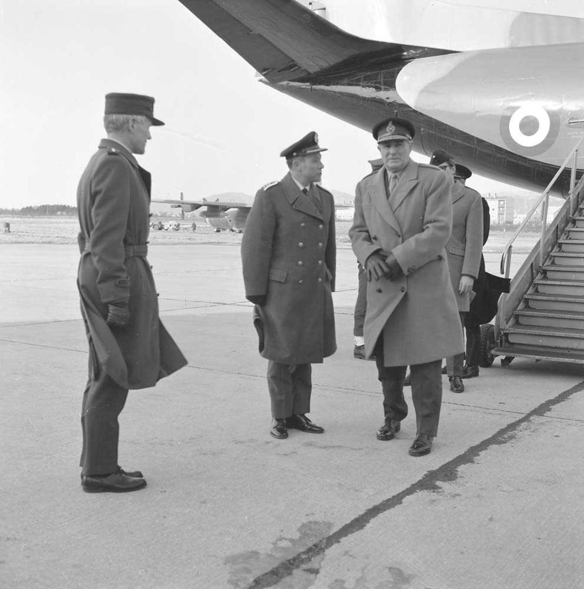 Commander-in-Chief Allied Forces Northern Europe (CINCNORTH), General, Sir Thomas Pearson, besøker Bodø flystasjon. Oberst K. Bjørge-Hansen sees som nr. 2 fra venstre på bildet og General Pearson nr. 3. Flyet i bakgrunnen er av typen Hawker Siddeley C.MK.1 Andover.