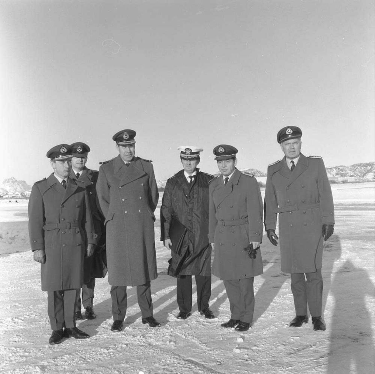 Air Marshal Lowe (nr. 3 fra venstre) med følge besøker Bodø flystasjon. Oberst H. Wergeland, Stasjonssjef, Bodø flystasjon, sees til høyre. Helt til venstre sees Generalmajor Nils Arveschaug.