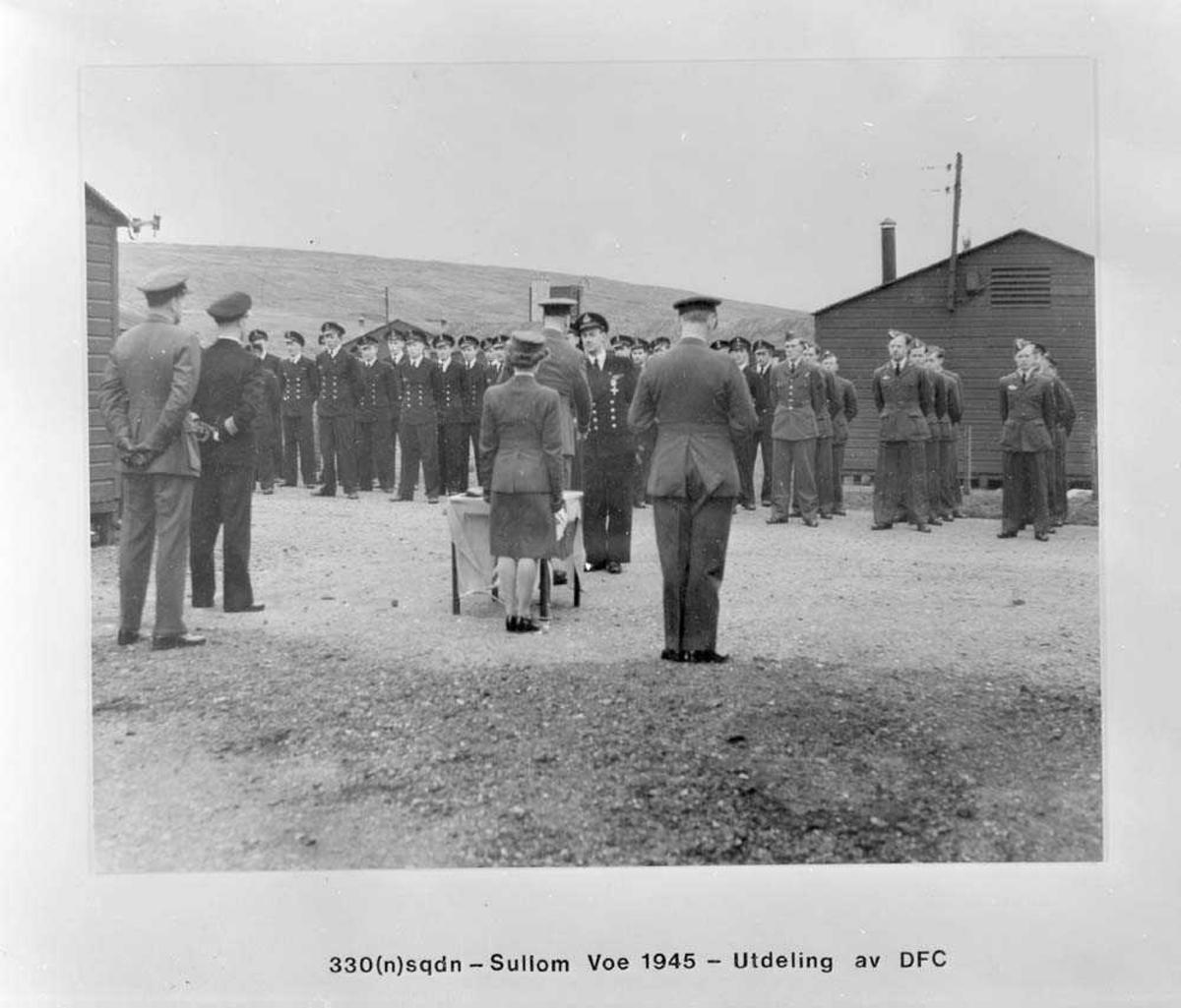 330 skvadron på Sullom Voe. Her foregår utdeling av medaljen Distinguish Service Cross (DFC). Det er en medalje som ble tildelt personer som deltok i krigen mot Tyskland.