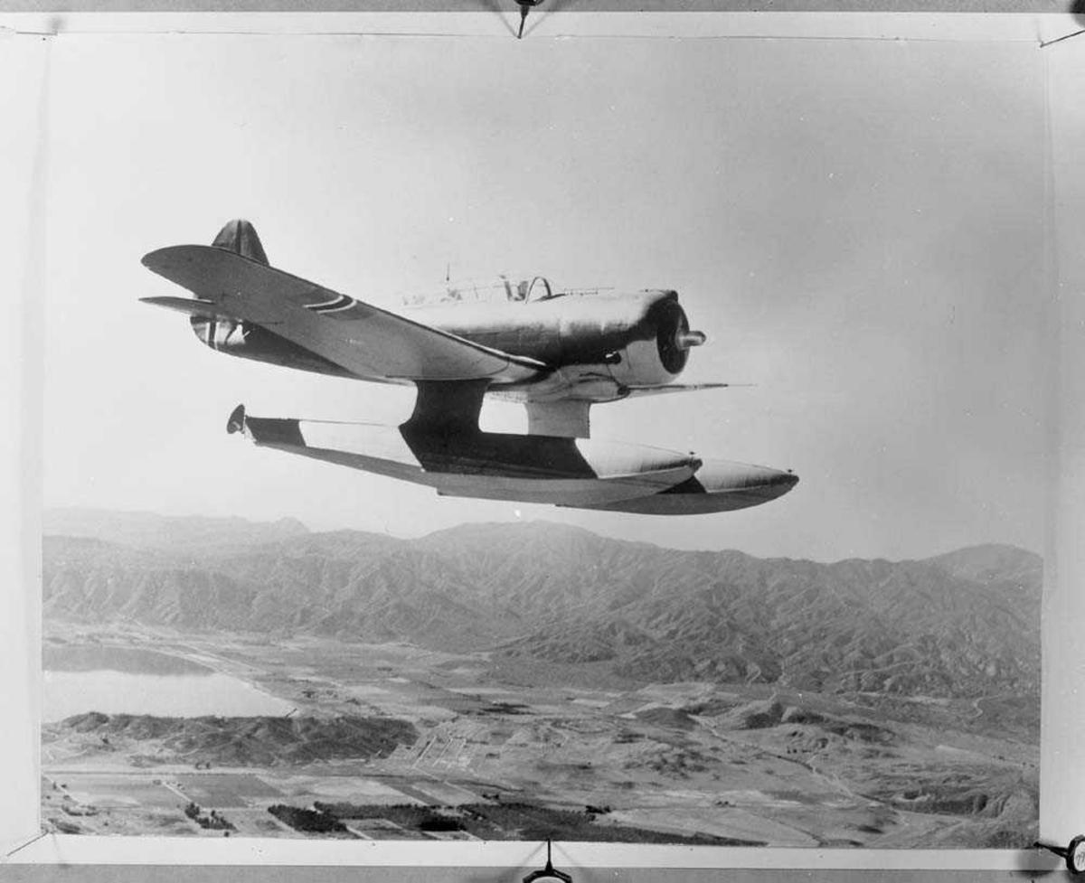 330 skvadron. Flyet er av typen Northrop N-3PB.