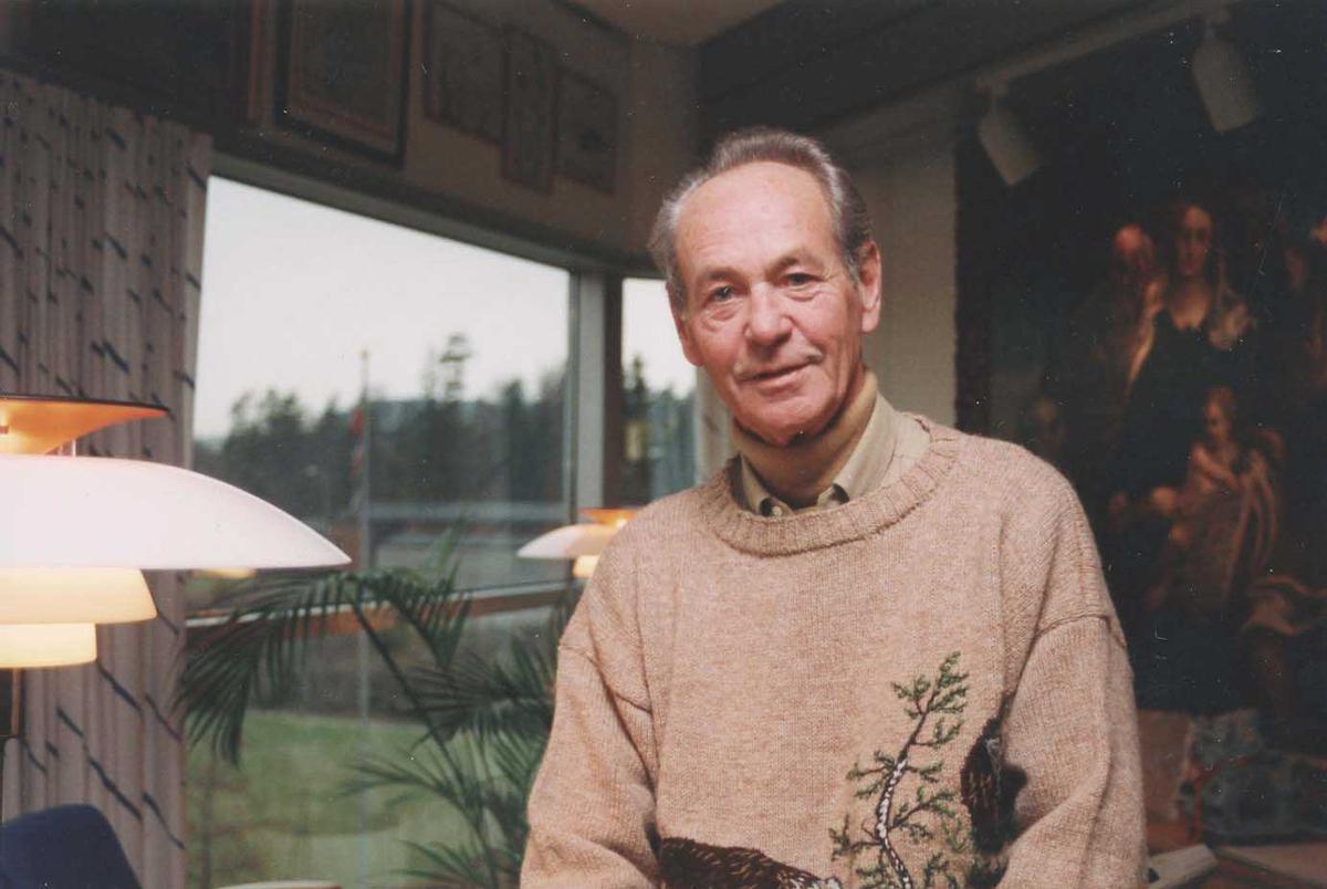En person på bildet. Bjørn G. Braathen. Sittende i stue.